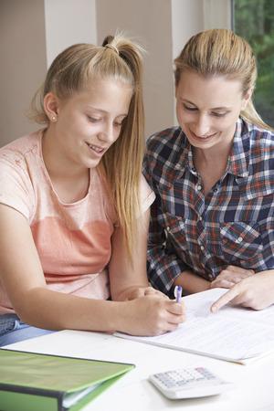 tutor: Mujer Home Tutor Ayudar Chica Con Estudios Foto de archivo