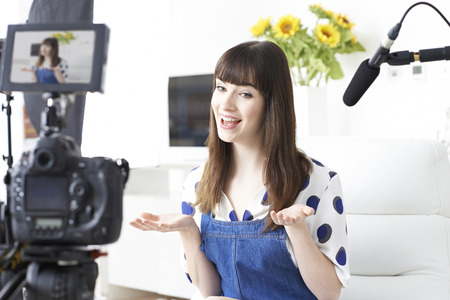 Vrouw Vlogger Recording Broadcast At Home