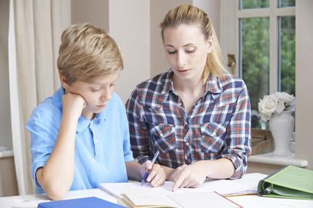 profesor alumno: Mujer Home Tutor Ayudar Boy con Estudios