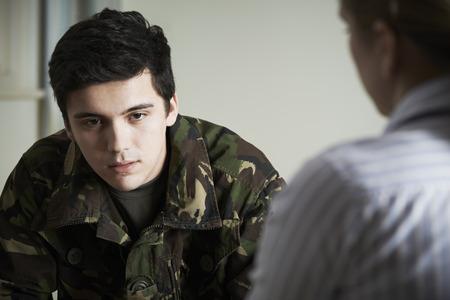 soldado: El sufrimiento del soldado con el estrés que hablan con el consejero