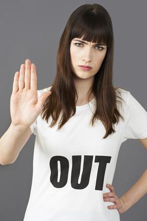 eslogan: El uso de la mujer joven de Apoyo Camiseta imprimió con OUT Lema