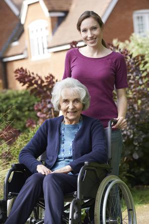 verticales: Hija Empujar senior madre en silla de ruedas