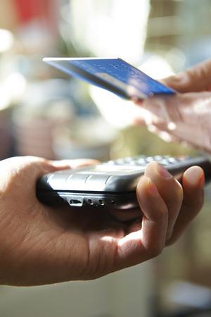 Cliente che acquista l'acquisto tramite il pagamento senza contatti