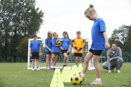 コーチの屋外のサッカー トレーニング セッションをリード