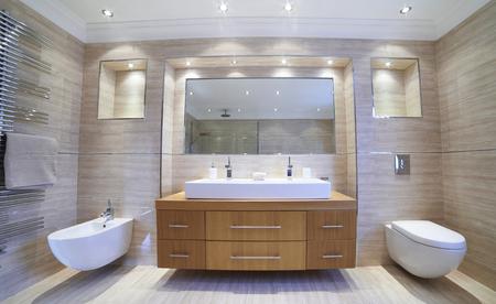 Vista interior del hermoso baño de lujo Foto de archivo