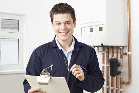 Hombre Fontanero que trabaja en Calefacción central Caldera