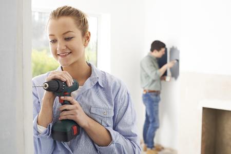 pareja en casa: Pareja joven renovando la propiedad Juntos Foto de archivo