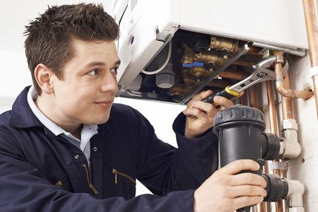Chaudière Homme plombier travaillant sur un chauffage central Banque d'images - 56216441