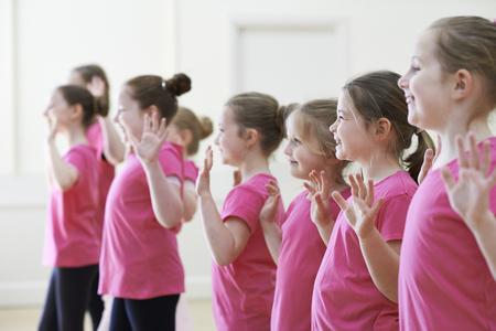 ragazze che ballano: Gruppo di bambini Godendo Dramma Classe Insieme
