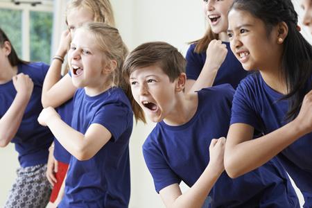 ドラマのクラスを一緒に楽しむ子どもたちのグループ