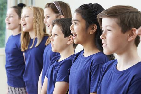 Groupe d'écoliers chanter dans Choir Ensemble