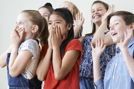 Gruppe Kinder genießen Drama-Klasse Zusammen Standard-Bild - 58984051