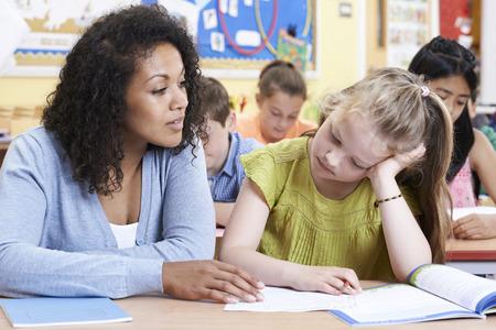 educadores: La pupila del profesor Escuela Primaria femenino con problema Foto de archivo