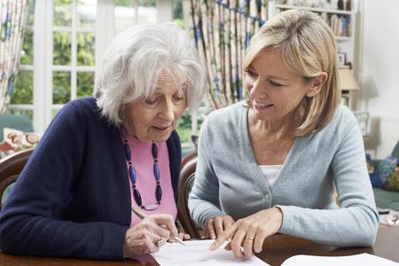 Voisin Femme Aider femme senior pour remplir le formulaire Banque d'images - 61674039