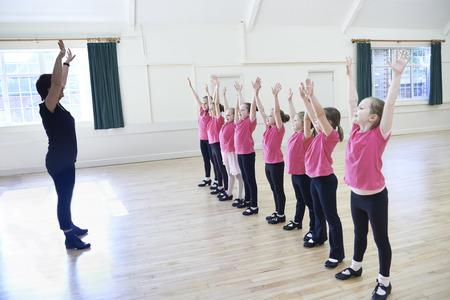 ragazze che ballano: Gruppo di ragazze in Tap Dancing classe con insegnante Archivio Fotografico