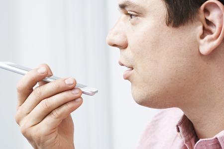 Człowiek za pomocą Internet Voice Search technologii na telefon komórkowy Zdjęcie Seryjne