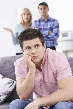 Los padres maduros Frustrado con el hijo adulto de estar en casa Foto de archivo - 60748627