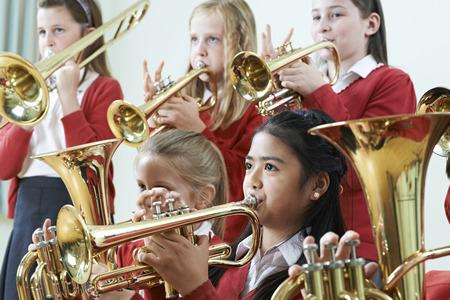 함께 학교 오케스트라에서 연주하는 학생의 그룹