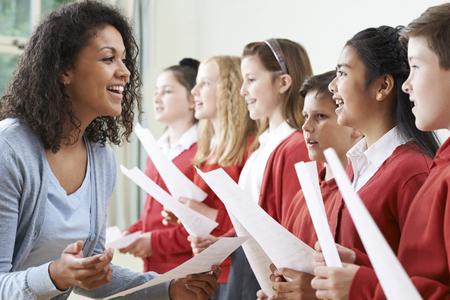 Los niños en la escuela Coro ha sido alentado por el maestro