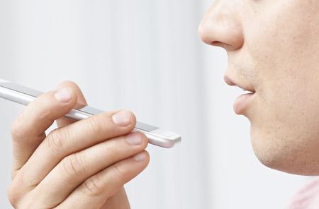 Człowiek za pomocą Internet Voice Search technologii na telefon komórkowy