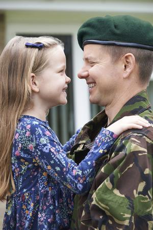 personas reunidas: Soldado En Licencia abraza a la hija