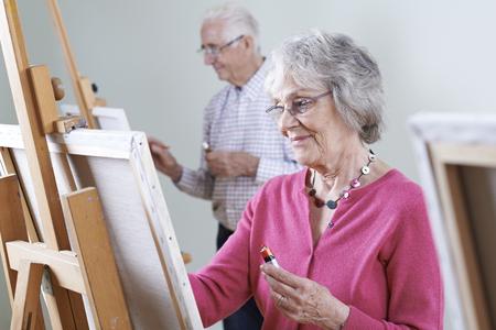 高齢者が一緒に絵画クラスに参加 写真素材