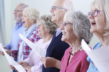 church: Grupo de personas mayores que cantan en coro Juntos
