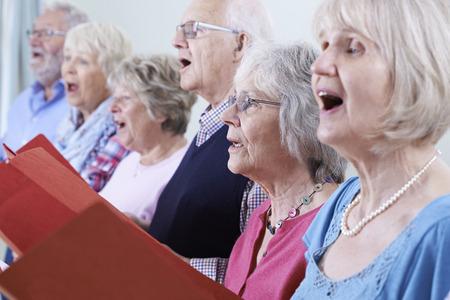 함께 합창단에서 노래하는 노인의 그룹 스톡 콘텐츠
