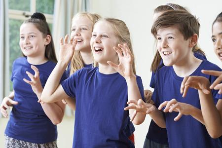 Groep Kinderen genieten Drama Klasse samen Stockfoto