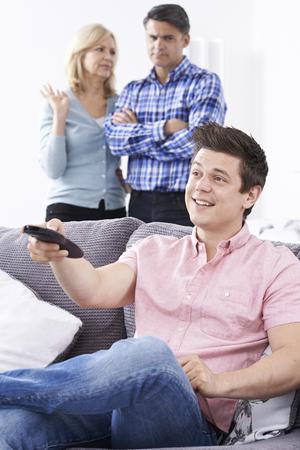 mom dad: Los padres maduros Frustrado con el hijo adulto de estar en casa