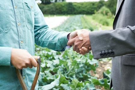 Agriculteur et homme d'affaires Poignée de main