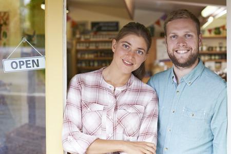 negocios comida: Retrato de pares que se ejecutaban Charcutería el exterior de la tienda Foto de archivo