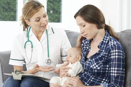 visitador medico: Visitante de la salud con la nueva madre que sufren de depresión Foto de archivo