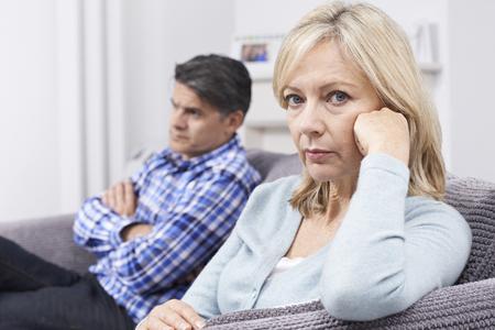 Lteres Paar mit Beziehungsproblem sitzt auf dem Sofa Standard-Bild - 65715862