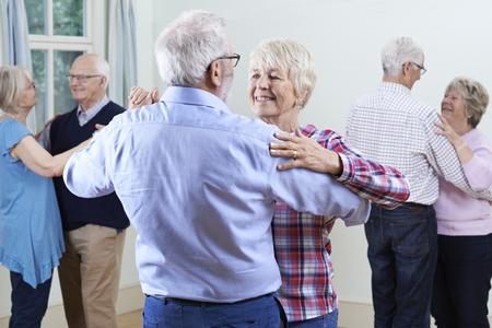 Gruppo di anziani che godono Dancing Club Insieme Archivio Fotografico