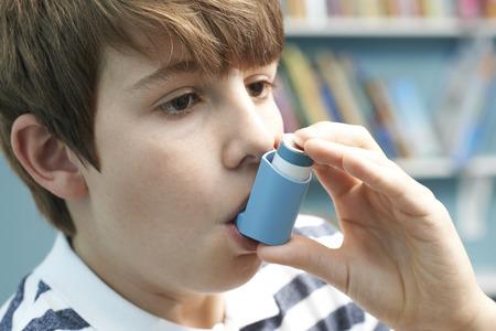 Jongen die Inhaler voor de behandeling van astma-aanval