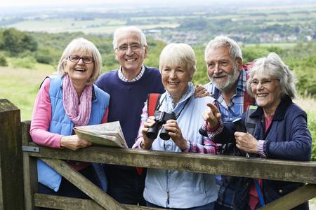tercera edad: Grupo de amigos mayores de senderismo En Campo Foto de archivo