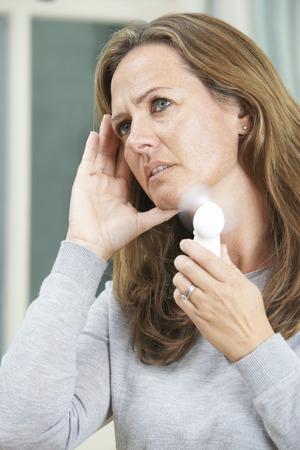 Mujer madura Experimentar Hot Flush De Menopausia