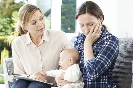 Bezoeker van de Gezondheid Met Nieuwe Moeder die lijden aan depressie Stockfoto