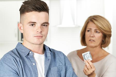 Madre que habla con el hijo adolescente Acerca de la Anticoncepción
