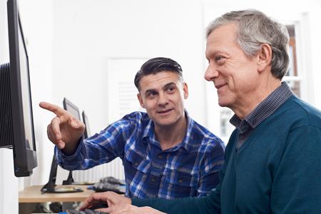 Tutor Helpen volwassen man in Computer Class