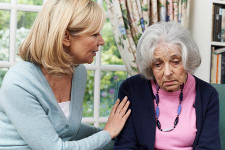 mujer triste: Madura amigo El confortar infeliz mujer mayor