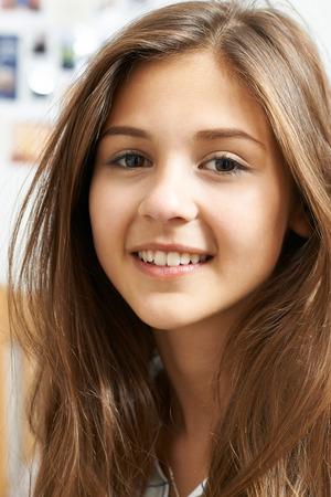 Portrait de sourire adolescente à la maison