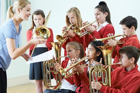 Grupa studentów grających w szkole Orkiestrą Razem