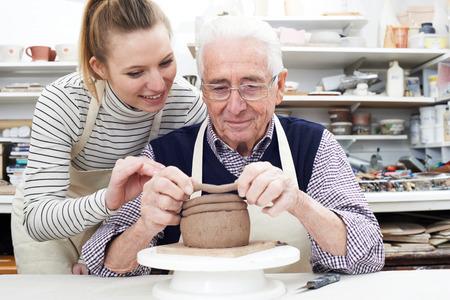 ceramica: Hombre mayor con el profesor en clase de cerámica