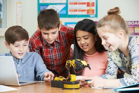 salon de clases: Los alumnos en la ciencia estudio de la lección de Robótica