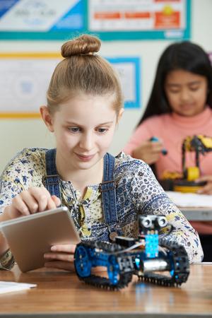 clase media: Los alumnos en la ciencia estudio de la lección de Robótica