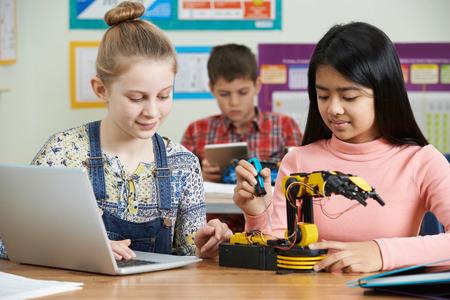 Los alumnos en la ciencia estudio de la lección de Robótica Foto de archivo
