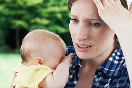 Vergesslich Mutter-Holding-Baby zu Hause Standard-Bild