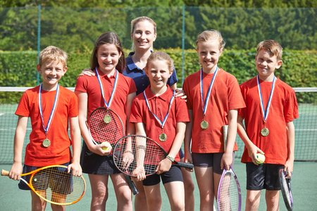 Victorious Team School Tennis met medailles Stockfoto - 71241966